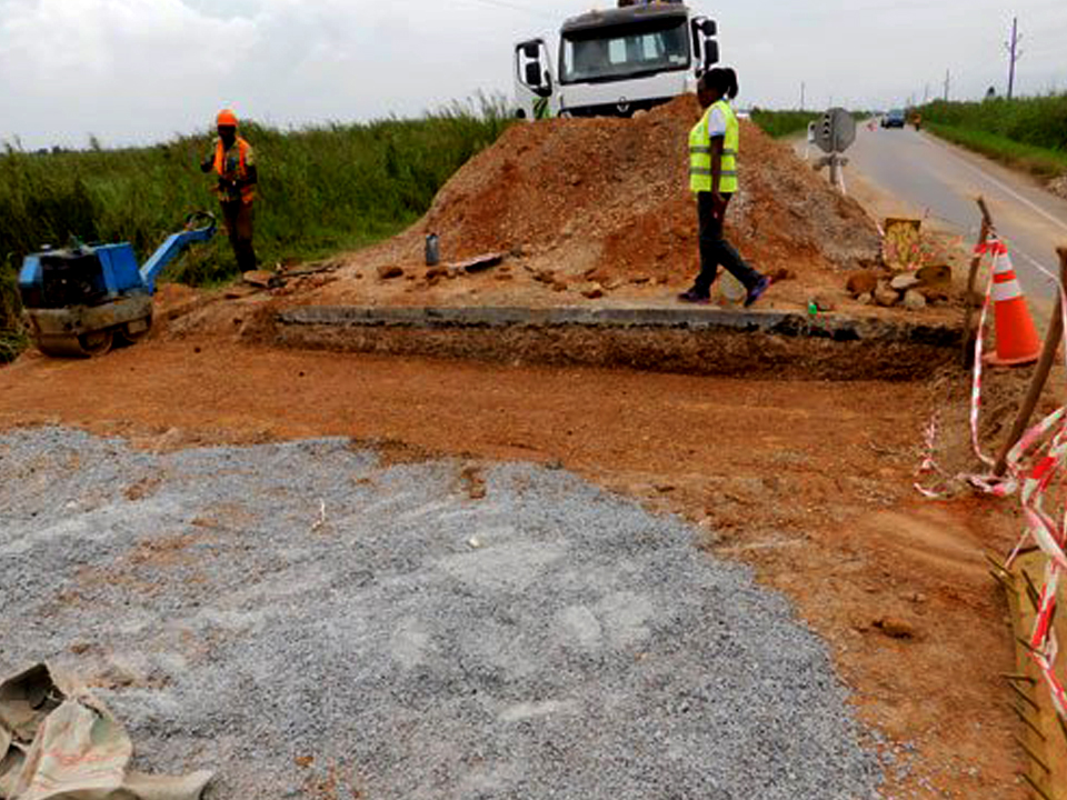 Road construction: Arab Contractor workers laid their tools over