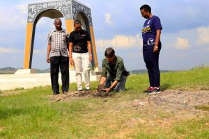 Tim-MaCartney-Snape-planting-a-tree-at-the-Eclipse-monument-in-Biharwe